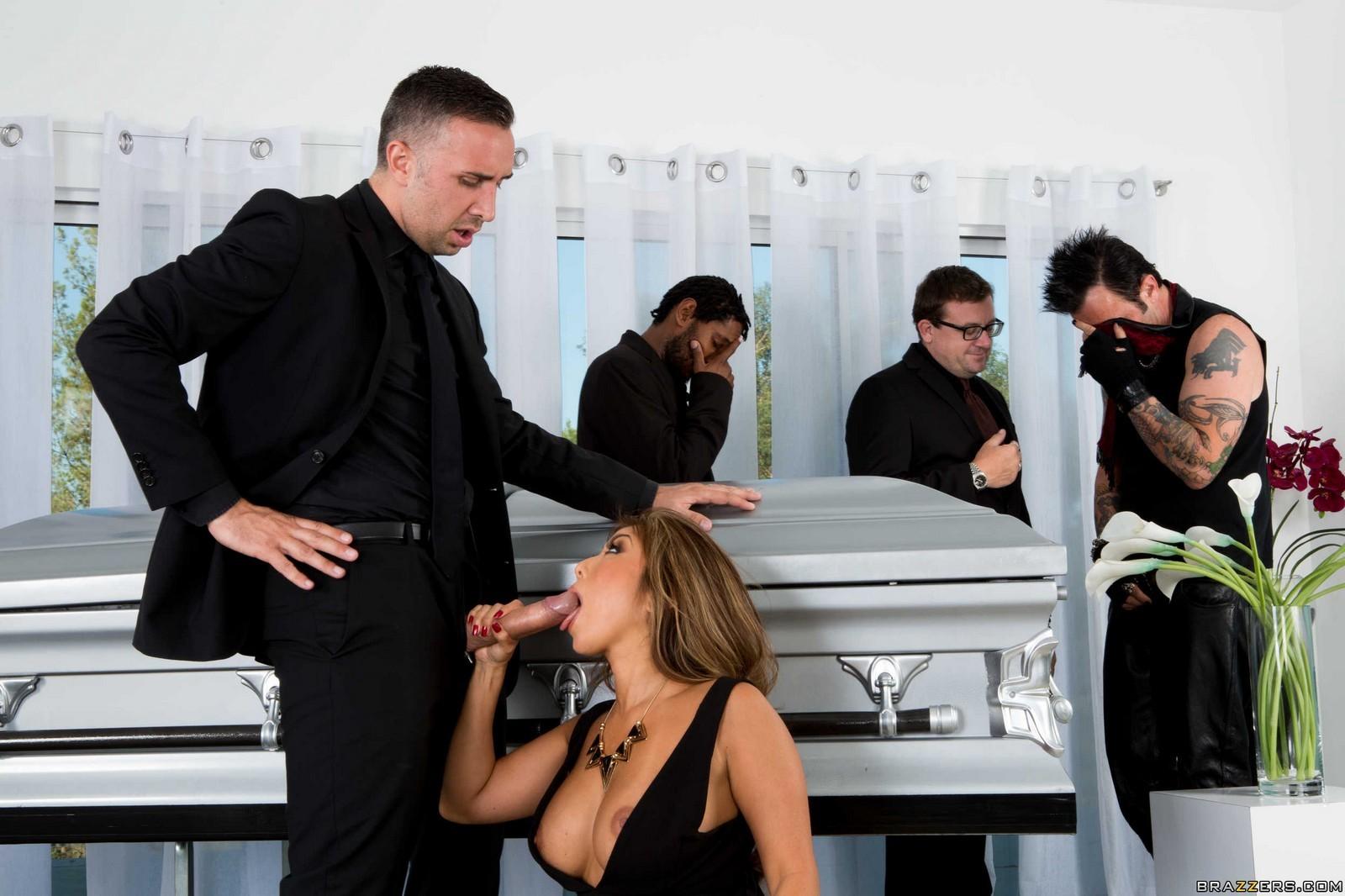 Порно фильм похороны мужа
